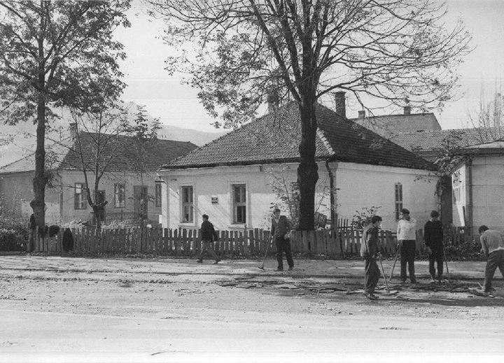 Popovića Kuća i dvorište sedamdesetih godina 20. veka gledano iz ugla ulice Nikole Pašića