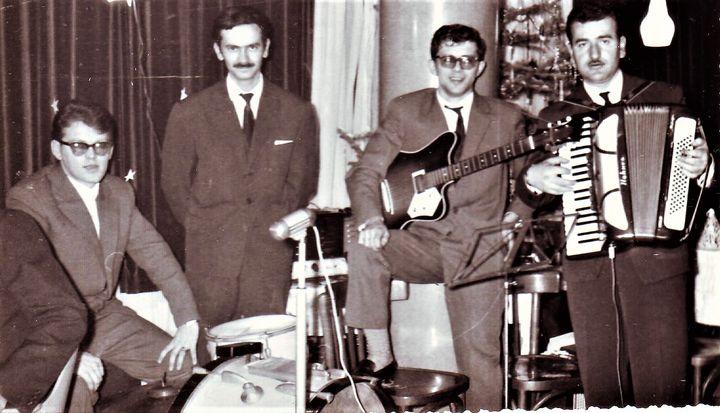 ". ""Ere"", Pevač Vlade Mršević, bubnjar Milorad Iskrin. Gitarista Petar Jovanović i harmonika Miloš Broćić"