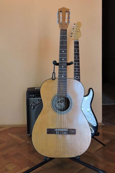 Akustična gitara koju je Ilija Smiljanić dobio na Rok izlogu 2 kao najbolji gitarista.