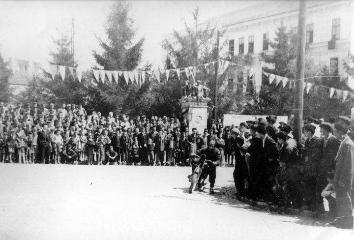 Prvi bajkeri su organizovali trke, start i cilj su bili kod Parćića, blizu čes,me Opančarskog esnafa