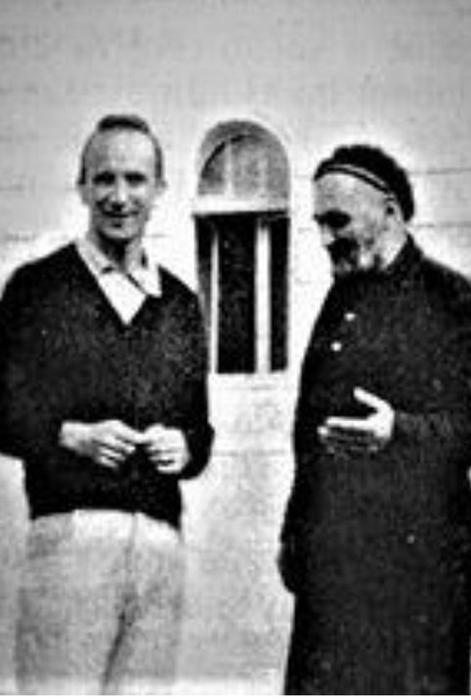 """Brane Ćelović ispred """"Sokolane"""" sa Pipeljom."""