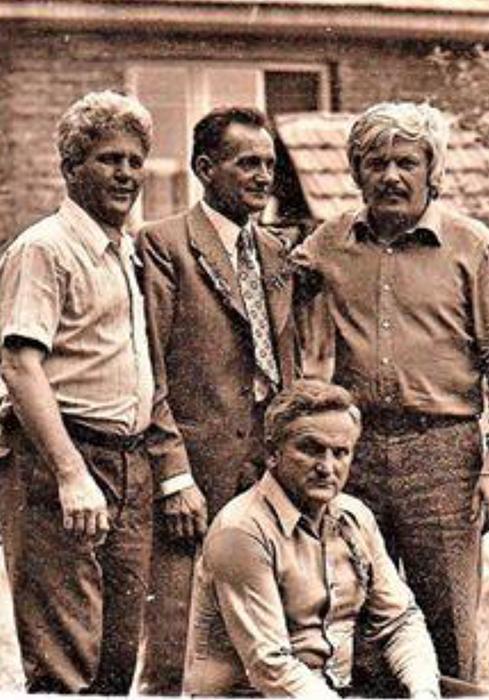 Dobrivoje Antonijević Doca sa braćom Pujdovciima u vreme kada se vratio iz Montreala, stoji treči s leva