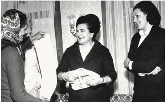 Dobrila Smiljanić pokazuje Titovoj Jovanki radove pletilja iz Sirogojna