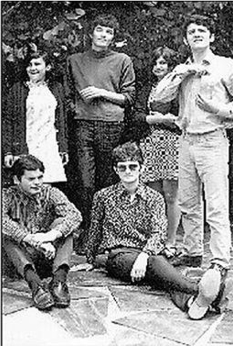 Prvi rokeri, s leva Đorđe Vasić, Milan Đurić. Sede s leva Mišo Kovačević Loknica i Konstantin Krželić