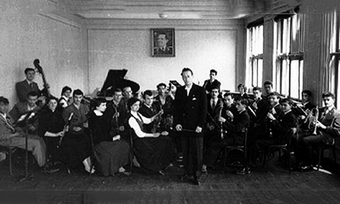 "Profesor Šumanac diriguje velikim orkestrom KUD-a ""Aleksa Dejović"""