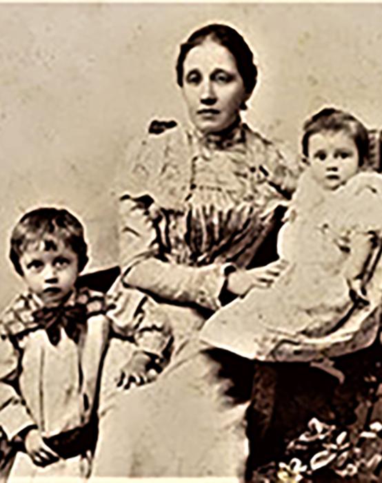 Majka Janja sa decom Milanom i bebom Ljubicom