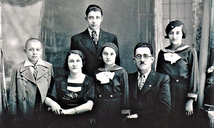. Porodica Aranđelović : Srbo, Filka,Olivera, Dragi i Radmila . Iznad stoji Filkin brat