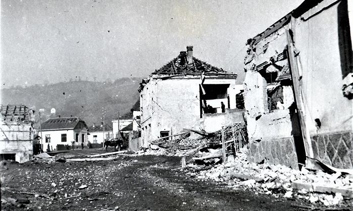 Prestolonaslednikova ulica posle bombardovanja, desno prva kuća Prohorova, druga Drobnjakovića
