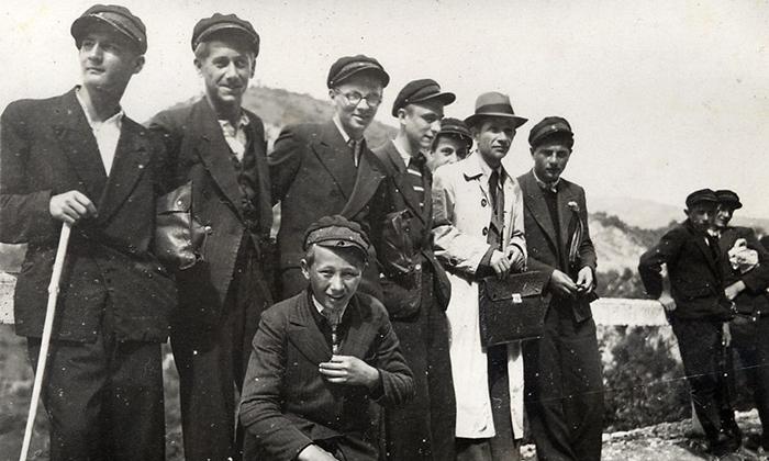 Dečaci i mladići koji su išli u školu su imali posebne kaškete ili šajkače sa oznakama razreda