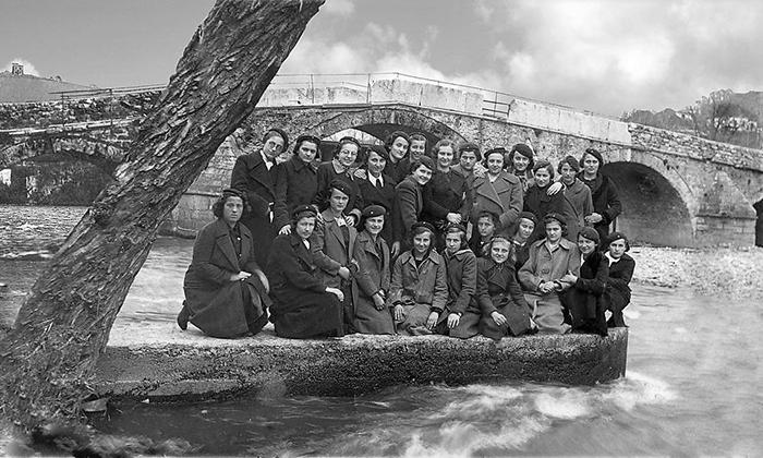 Devojke su u sklopu školse uniforme nosile beretke