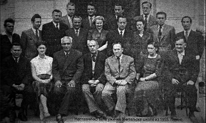 Novinska fotografija kolektiva učiteljske škole iz 1955. god. B. Kovačević stoji u drugom redu, prvi s desna