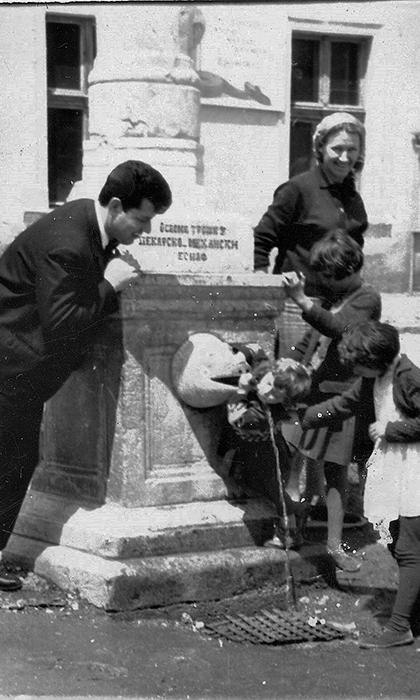Dragan Djurovic Cure kod esnafske česme na Rakijskom pijacu, 1961.