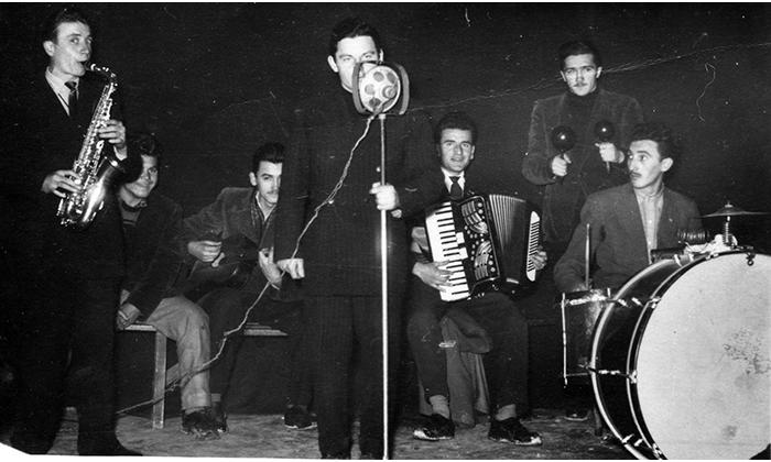 Mladi Milutin Korać nastupa (pevač) na igranci u Sokolani