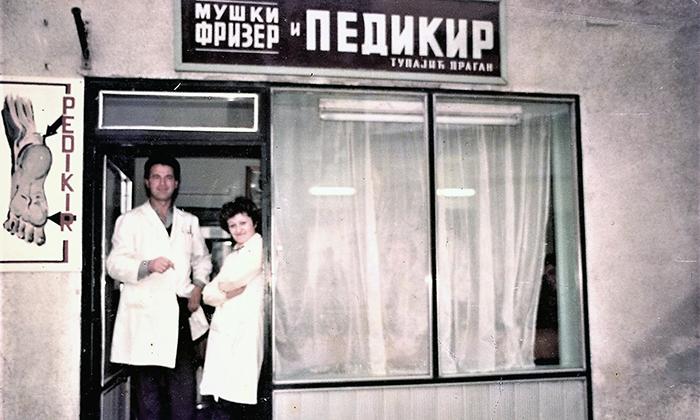 Radnja Dragana Tupajića, prvog užičkog pediikira, na Rakijskoj pijaci