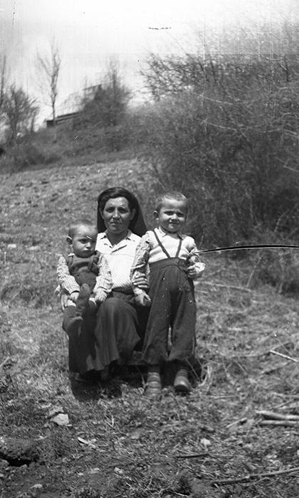 Mali braća Dudići sa majkom