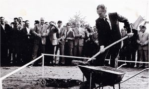 Milivoje Radovanović Farbin postavlja kamen temeljac prve užičke robne kuće