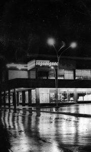 Novootvorena robna kuća noć posle proslave otvaranja Trga partizana