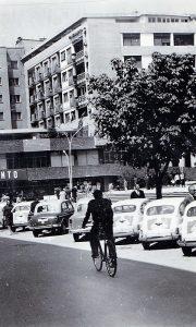 Desetak godina kasnije posle otvaranja Trga, na njemu pun parking automobila, najviše fića