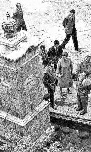 Karedlju je privkla pašnju esnafska česma ispred Gradske To nije promaklo novinaru Bocu, tu je sa prekrštenim rukama i obaveznom lulom.