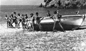 Srbo sa drugarima vuku čamac na plaži