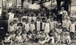 Deca ispred obdaništa i u dvorištu 1956. Godine