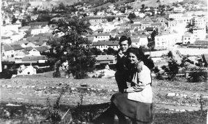 Vera Savić, studentkinja iz Aranđlovca sa momkom Vlajkom Kovačevićem u šetnji do klupice upoznaje Užice