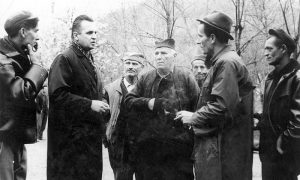 Predsednik užičke Opštine Rajko Ječmenica u razgovoru sa Užičanima. U narodnoj nošnji Uso Borović za koga se pričalo da je Titu spasao život.