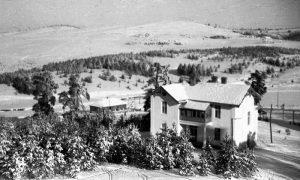 """Hotel sa kafanom, zaleđeno jezero u daljini odmaralište """"Golija"""""""
