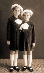 Devojčice u starom Užicu tokom slavlja vrbice. Foto Ilija Lazić