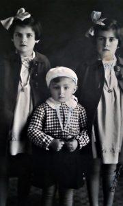 Mali Zdravko Kovačević sa sestrama Bisom i ljubom