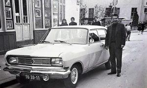 Vozač Zdravko Vučičević pored Opele Rekorda B ispred fotografske radnje Ilije Lazića na Donjoj čaršiji