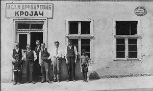 Veljo Drndarević ,prvi sa leve strane , sa svojim pomoćnicima koji su nosili jednobrazne prsluke i kravate.