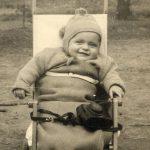 """Kasnije u šetnji u Velikom parku sa futrolom od foto aparata umesto zvečke u mojim kolicima """"Babbu Crof'ler""""."""