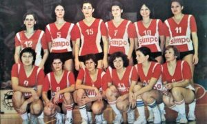 Druga s leva stoji Mirjana u timu Zvezde, prvacima države