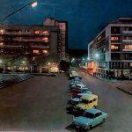 """Razglednica Trg noću 1970. godine, """"Autotehna"""" sva u staklu blista sa izloženim luksuznim automobilom"""