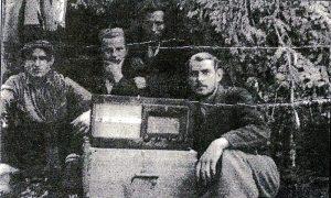 S leva Marinko Vračarević, Marinko Pjević, Mića Rogić i Miloje Dogandžić slušaju Radio London na Tari 1943. godine