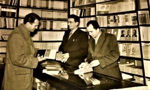 Retka fotografija snimljena u knjižari Nolit. Profesor Vlajko Kovačević kupuje knjige
