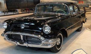 U istom ovakvom Oldsmobilu model iz 1956. vozila je se užička rok grupa Vihori