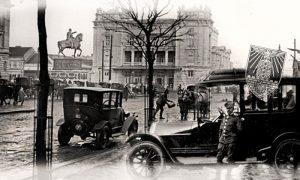 Stanimir Todorović ispred svoga prvog taksi vozila 1925. godine u Beogradu