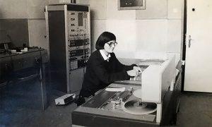 Studio Radio Titovo Užice u vreme kada je radio otvoren i u njemu tehničarka Vinka