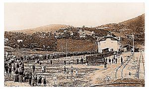 Užičani čekaju 3. Jula 1912. dolazak ćire ispred nove zelzničke stanice u Begluku