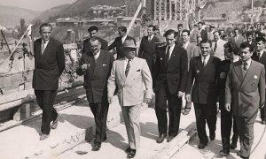 Tito obilazi hidroelektranu Đerdap u toku puštanja u pogon