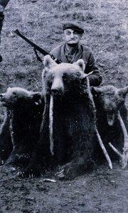 Užička lovačka legenda Đoko Majmun sa ulovljenim medvedima