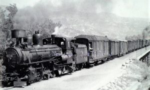 "Teretni voz ""Ćira"" sa poštanskim vagonom i lokomotivom ""mađaricom"""