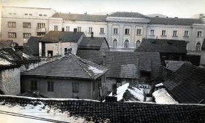 Malo po malo sa godinama u gradskom centu u nekadašnjim lepim dvorištima su građeni su špizi, šupice i sl. koji su pretvarani u podstanarske sobice