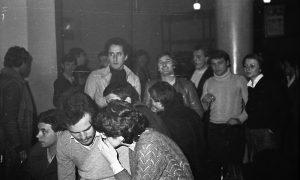 U klubu omladine tokom večeri