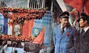 Levo Slavoljub Potić ispred elektro mašine svečanog voza predhodnice Plavog voza