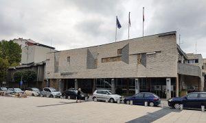 Reljef na zgradi pozorišta koji predstavlja stilizovanu Donju varoš