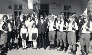 Jovanka i Tito ispred kafane Muzej sa bliznakinjama Anom i Tanjom Spasojević